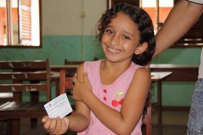 Após vacinação, menina mostra caderneta