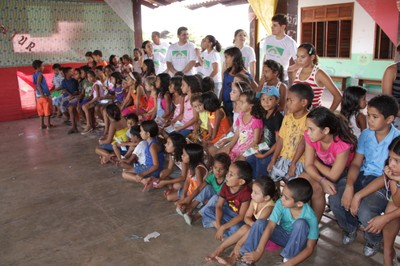 Crianças da comunidade e servidores do MPF aguardam apresentação teatral