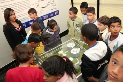 Crianças apreciam maquete  do prédio da PGR