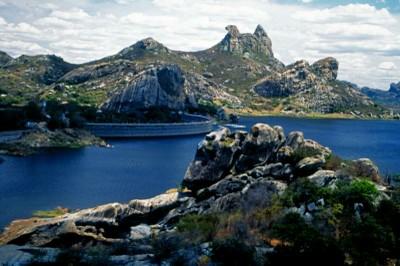 O melhor local para visualizar a Pedra da Galinha Choca é o açude Cedro, uma construção da época do Império. Foto: Setur/CE