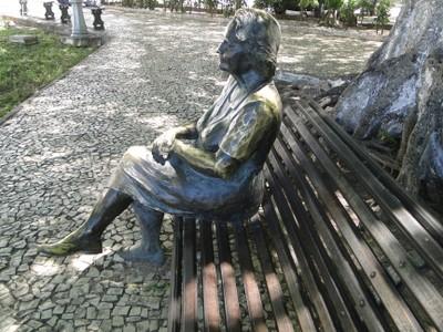 Estátua da escritora Rachel de Queiroz, primeira mulher a entrar na Academia Brasileira de Letras, no Centro de Fortaleza. Foto: Wanderson César