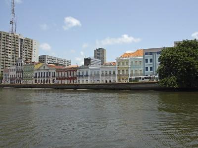Casario da Rua da Aurora, às margens do Rio Capibaribe, no centro do Recife. Foto Márcio Cabral de Moura