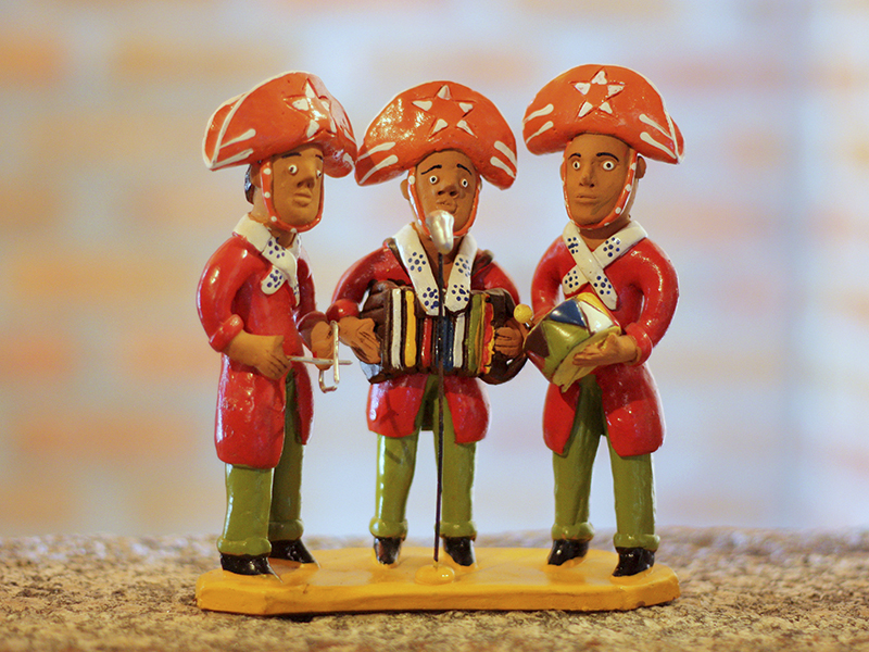 Bonecos de barro típicos do agreste do estado, especialmente da cidade de Caruaru, onde viveu o mestre Vitalino, artesão mais famoso do local. Os bonecos desta foto representam um trio de forrozeiros. Foto Márcio Cabral de Moura