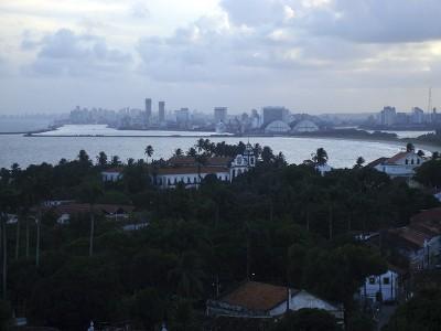 """Vista de Olinda, a partir da """"cidade alta"""". Ao fundo, o Recife. Foto Márcio Cabral de Moura"""