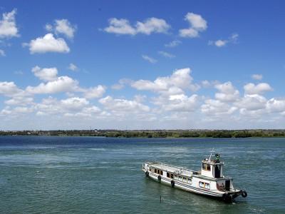 Em Sergipe, se atravessa o Rio São Francisco de tototó – esse barquinho aí da foto, que é patrimônio cultural do estado. Foto: Gabriela Amorim
