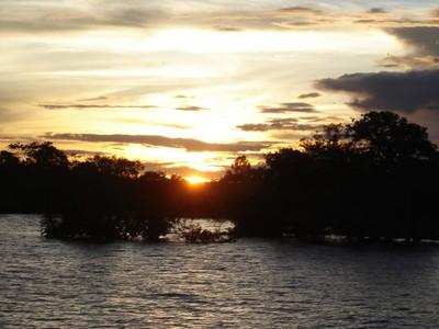 Pôr do sol no rio Amazonas. Foto Helena Palmquist