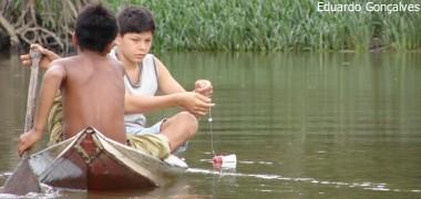 Crianças ribeirinhas em Abaetetuba, Pará, aprendem a navegar ao mesmo tempo que aprendem a andar. Foto: Eduardo Gonçalves