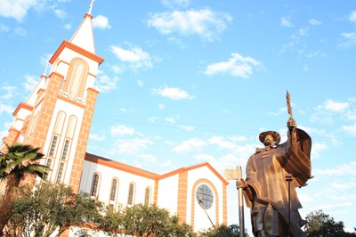 Monumento do Desbravador e Igreja Matriz, em Chapecó, no oeste catarinense. Foto: Lucênio Zanoni
