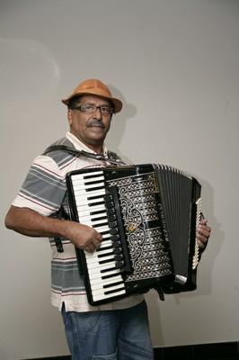 Francisco Izidro toca o acordeão