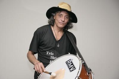Francisco Cipó toca a zabumba