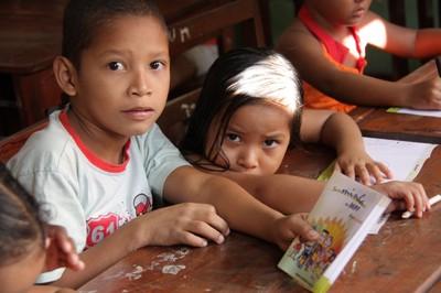 Crianças recebem bloco de desenho da Turminha