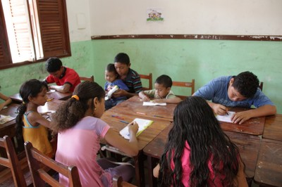 Crianças colorem o bloco de desenho da Turminha