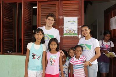 Crianças da comunidade e servidores do MPF que integram do projeto