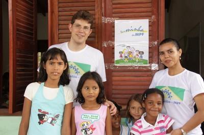 Crianças da comunidade e servidores do MPF