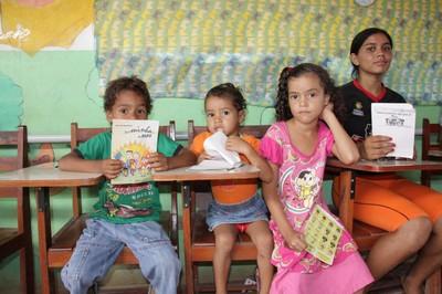 Crianças da comunidade com material da Turminha do MPF