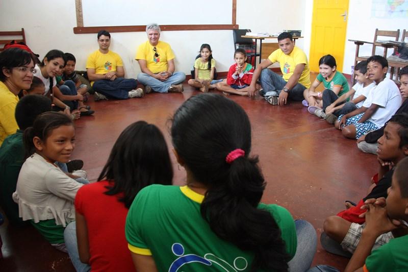 foto de estudantes de Borba (AM) sentados em círculo