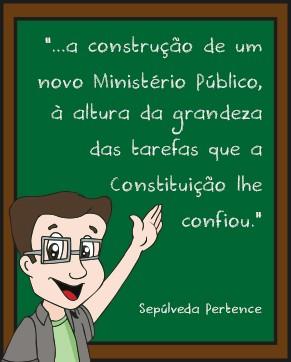 """Professor Ari escreve no quadro: """"a construção de um novo Ministério Público, à altura da grandeza das tarefas que a Constituição lhe confiou"""""""
