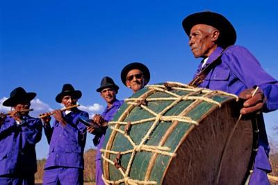 O Ceará preserva tradições seculares, como as danças populares. Na foto aparece a banda cabaçal dos Irmãos Aniceto. Foto: Setur/CE