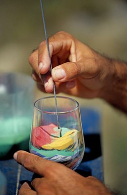 Artesanato feito com areia colorida. Mãos habilidosas dos artesãos cearenses recriam paisagens típicas do Estado. Foto: Setur/CE