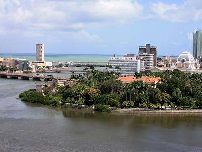 Vista parcial das pontes e ilhas que compõem o centro da cidade, com destaque para o Palácio do Campo das Princesas, sede do Governo do Estado (esse amarelo, cercado de árvores). Foto Márcio Cabral de Moura