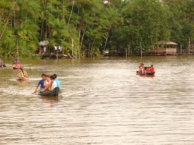 No Pará, muitas crianças vão pra escola de canoa, em vez de carro, ônibus ou bicicleta. Foto: Eduardo Gonçalves