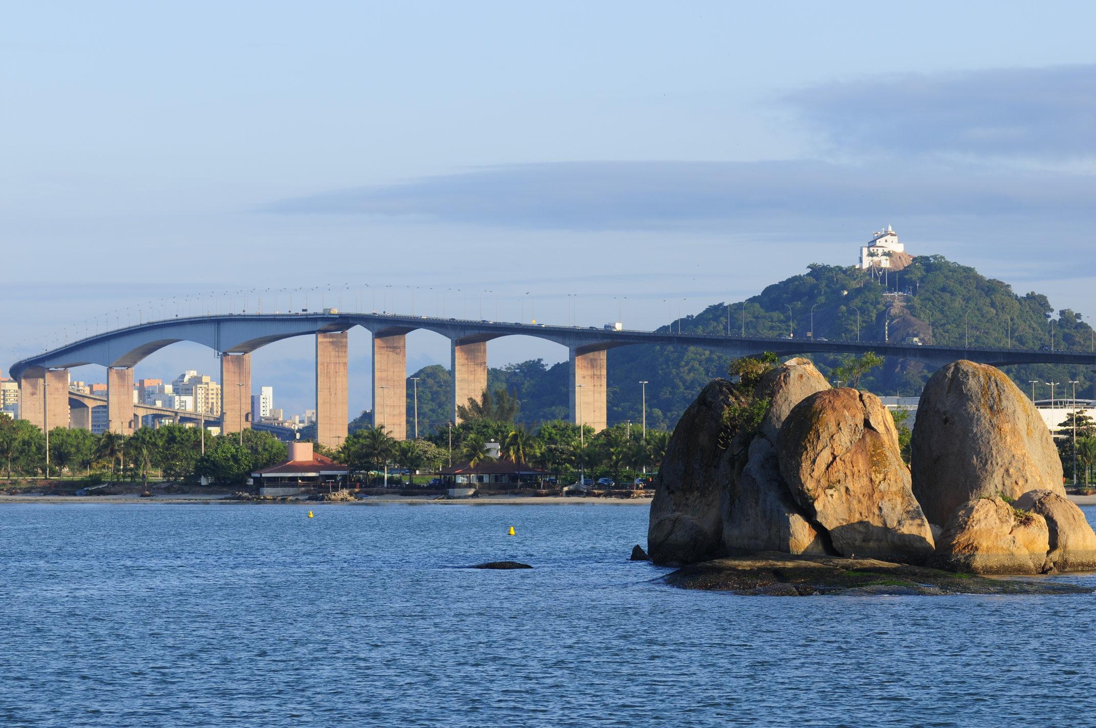 O Convento da Penha visto da baía de Vitória. Foto: Gabriel Lordêllo, arquivo PR/ES
