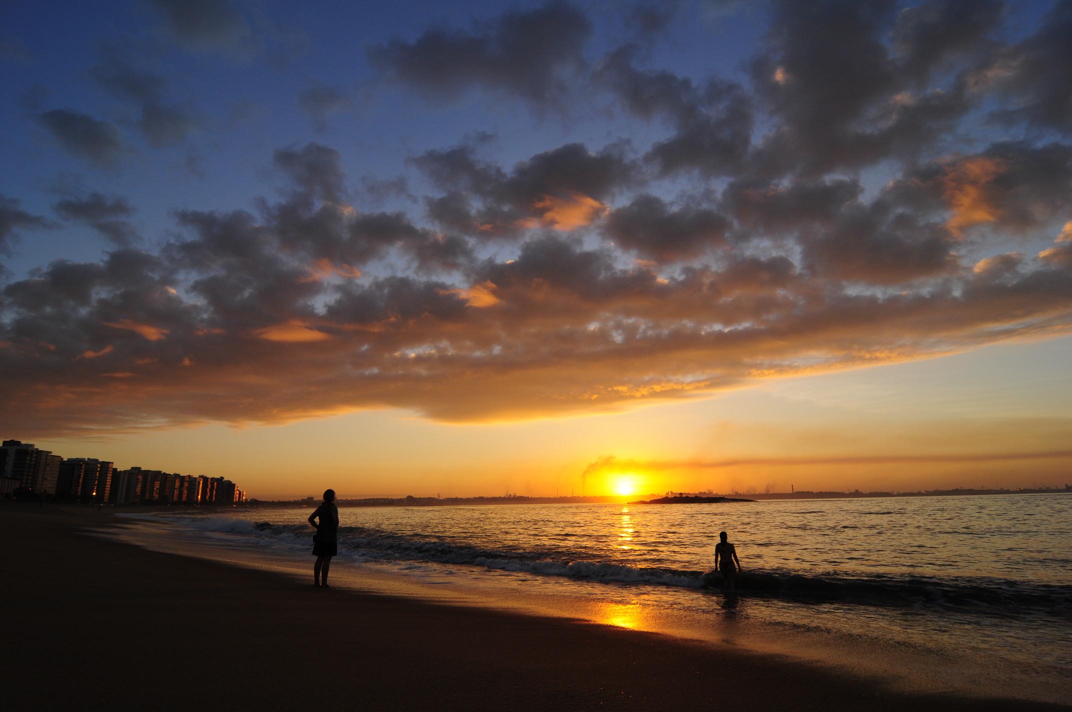 O nascer do sol na Praia de Camburi, em Vitória. Foto: Gabriel Lordêllo, arquivo PR/ES